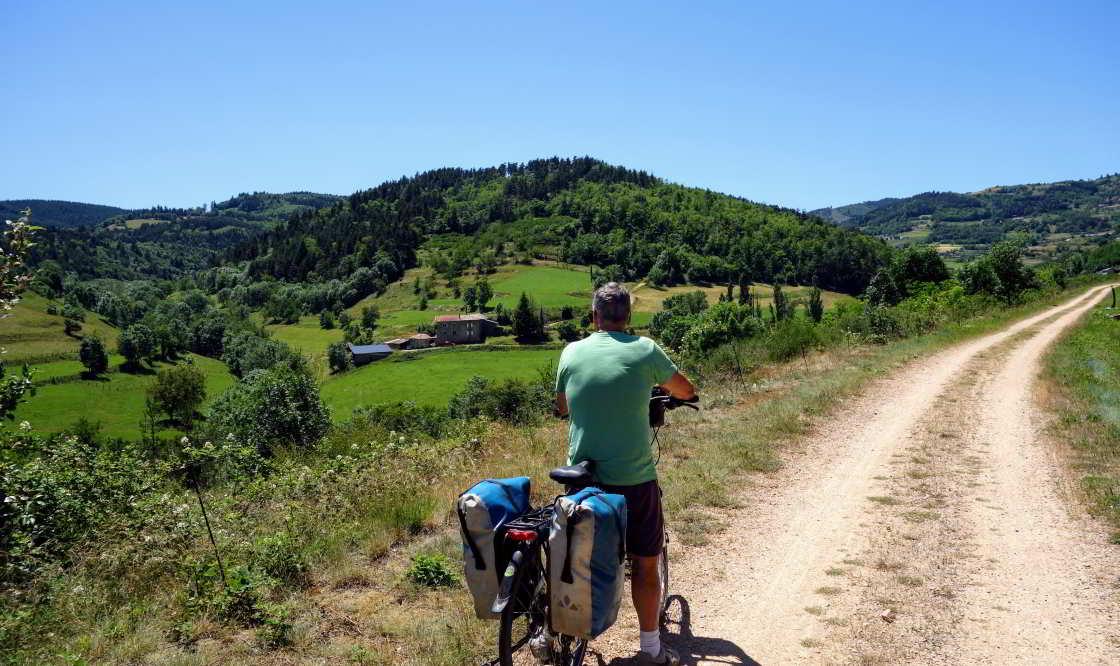 fietser kijkt uit over landschap La Dolce Via