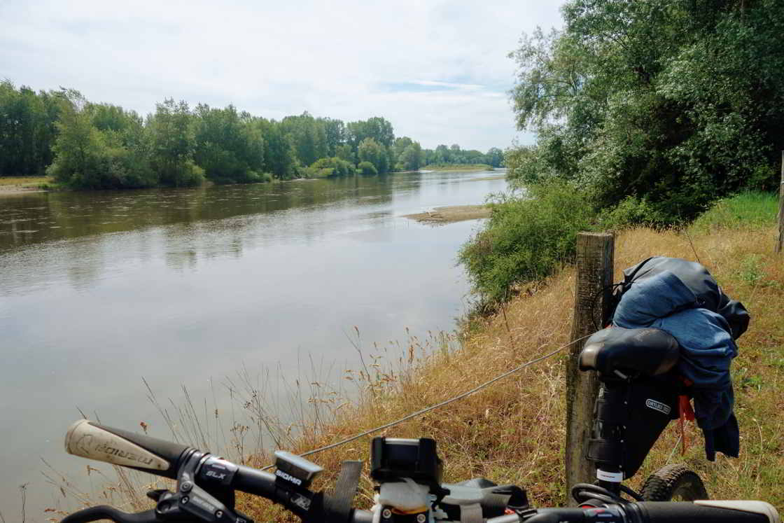 mountainbike-langs-rivier-in-Frankrijk