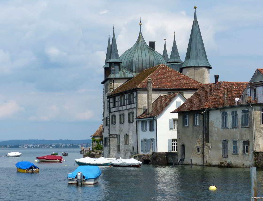Bootjes en en monumentaal pand in de Bodensee
