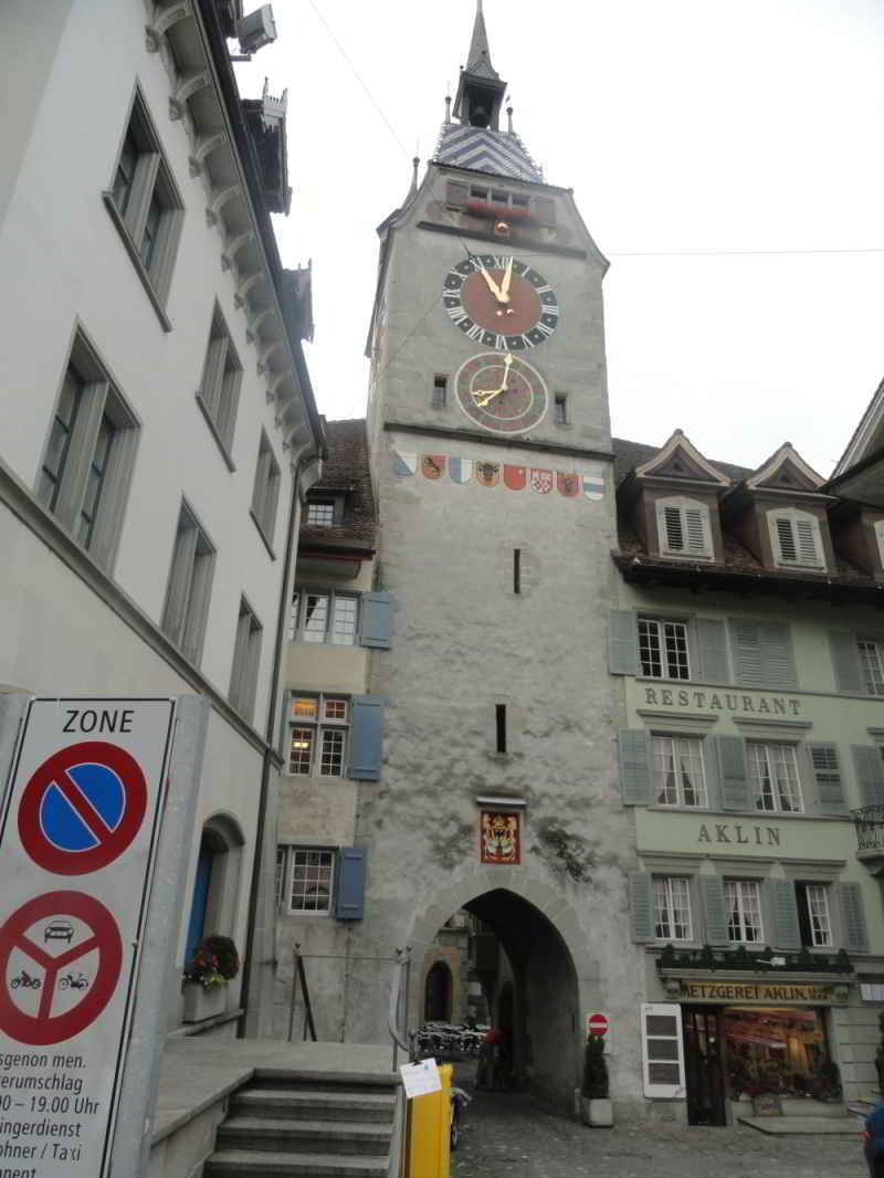 foto van een oude toren met poort in Romont