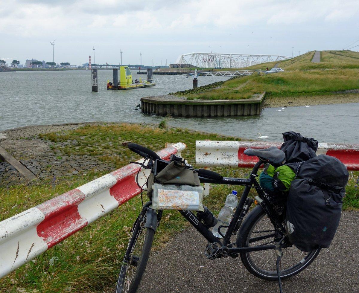 Fiets langs de Nieuwe Waterweg