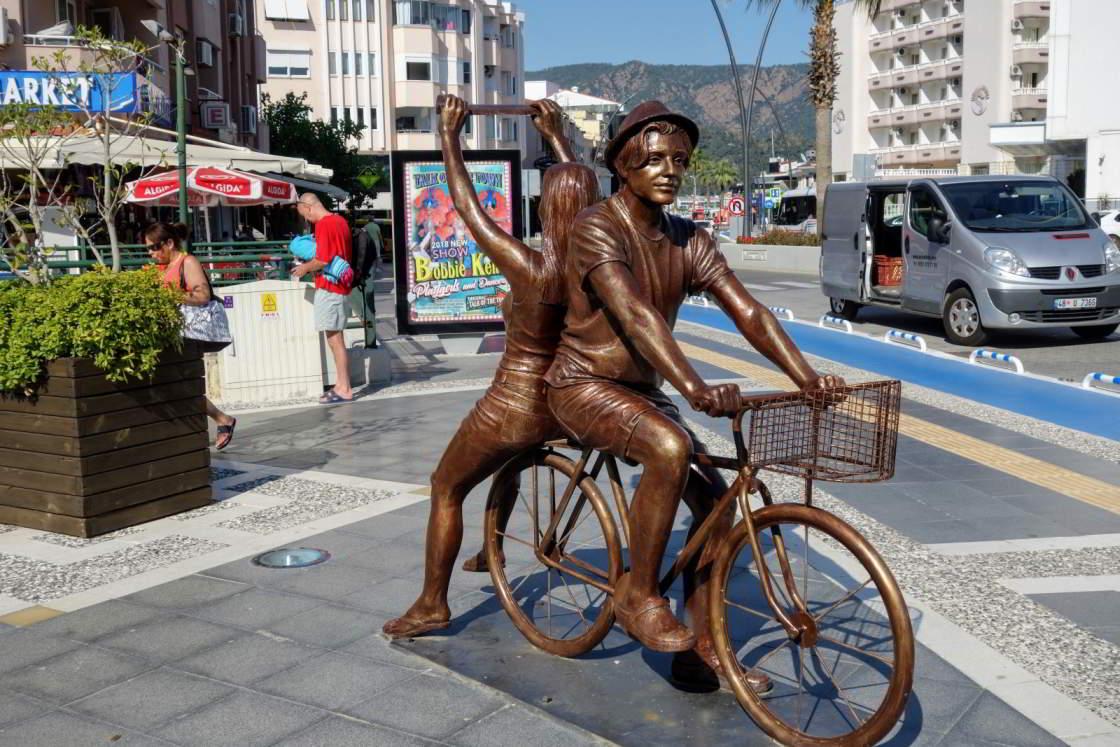 Standbeeld van een fietser met passagier in Marmaris Turkije