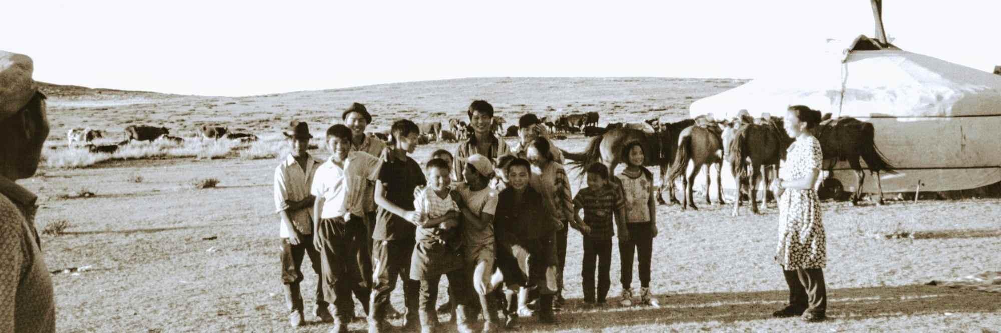 Gezin poserend voor de ger in Mongolië