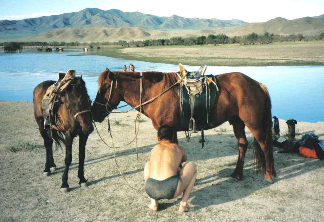 Jongen in Mongolië kluistert een paard