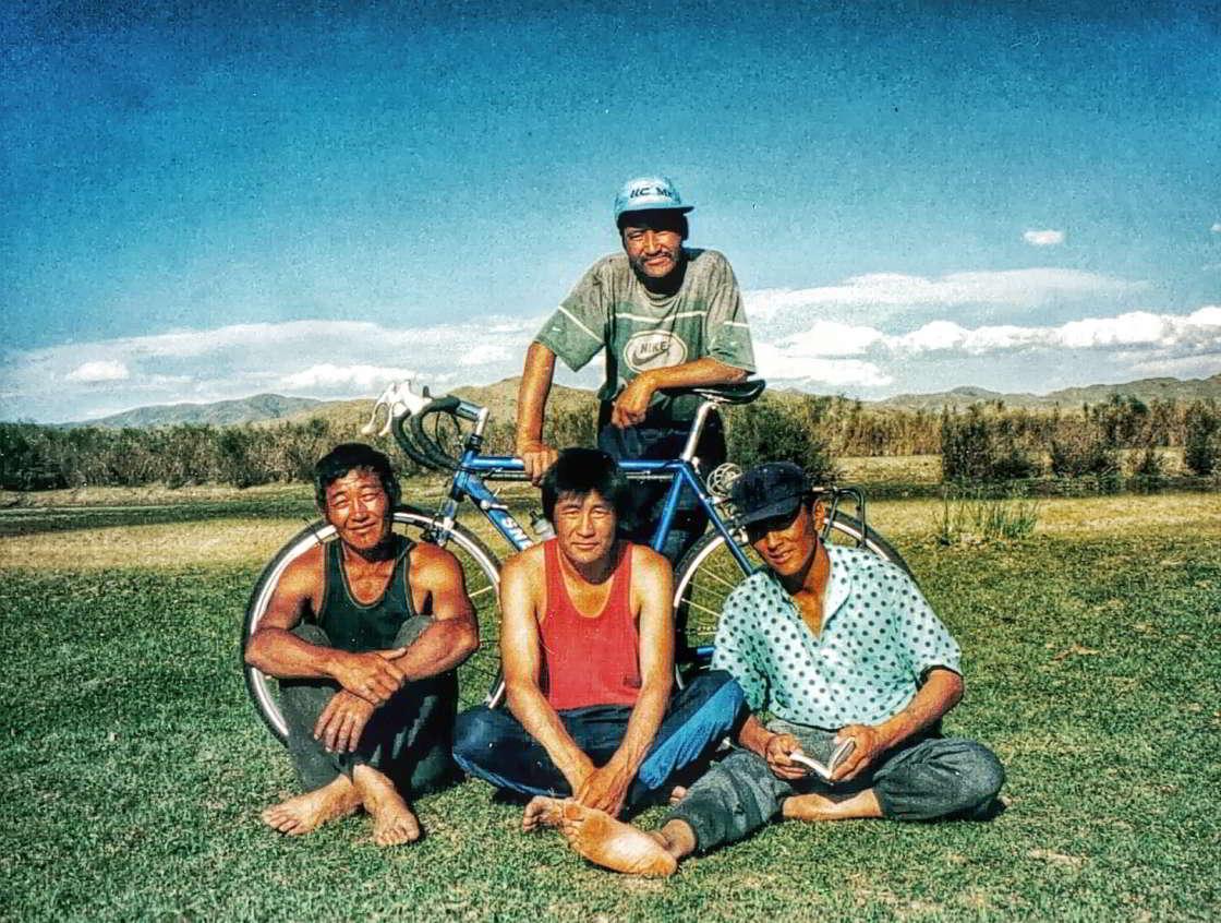 Vier Mongoliërs poseren bij mijn Snel-reisfiets