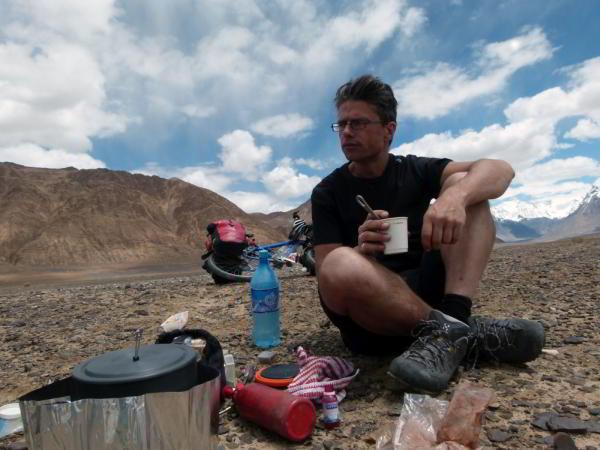Grégory eet een eenvoudige maaltijd tijdens een van zijn expedities