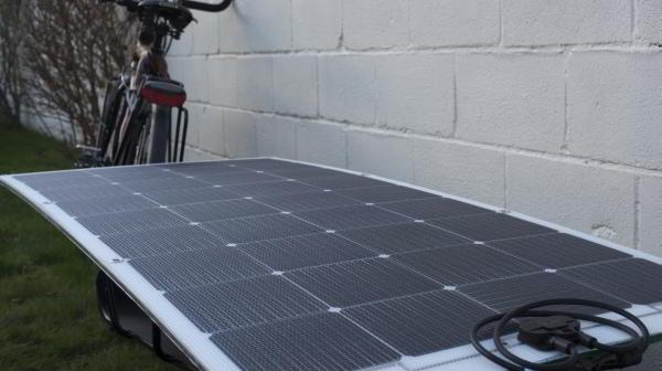 blik op het solar panel van de trailer