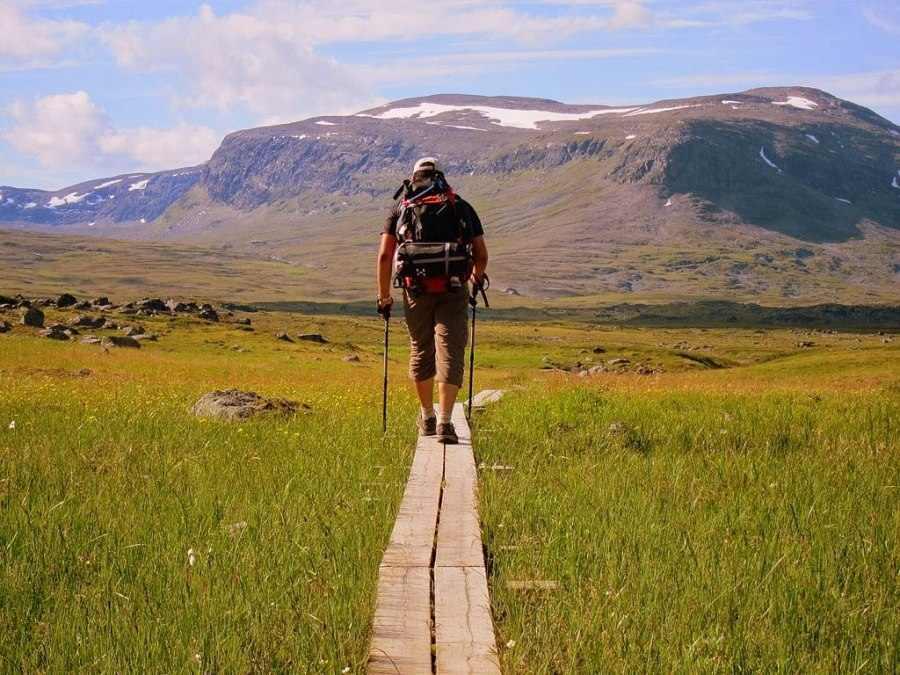 wandelaar loopt over houten planken