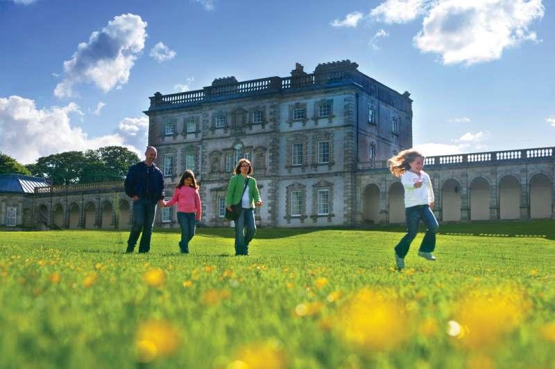 Familie wandelt vlak bij monumentaal pand in Ierland
