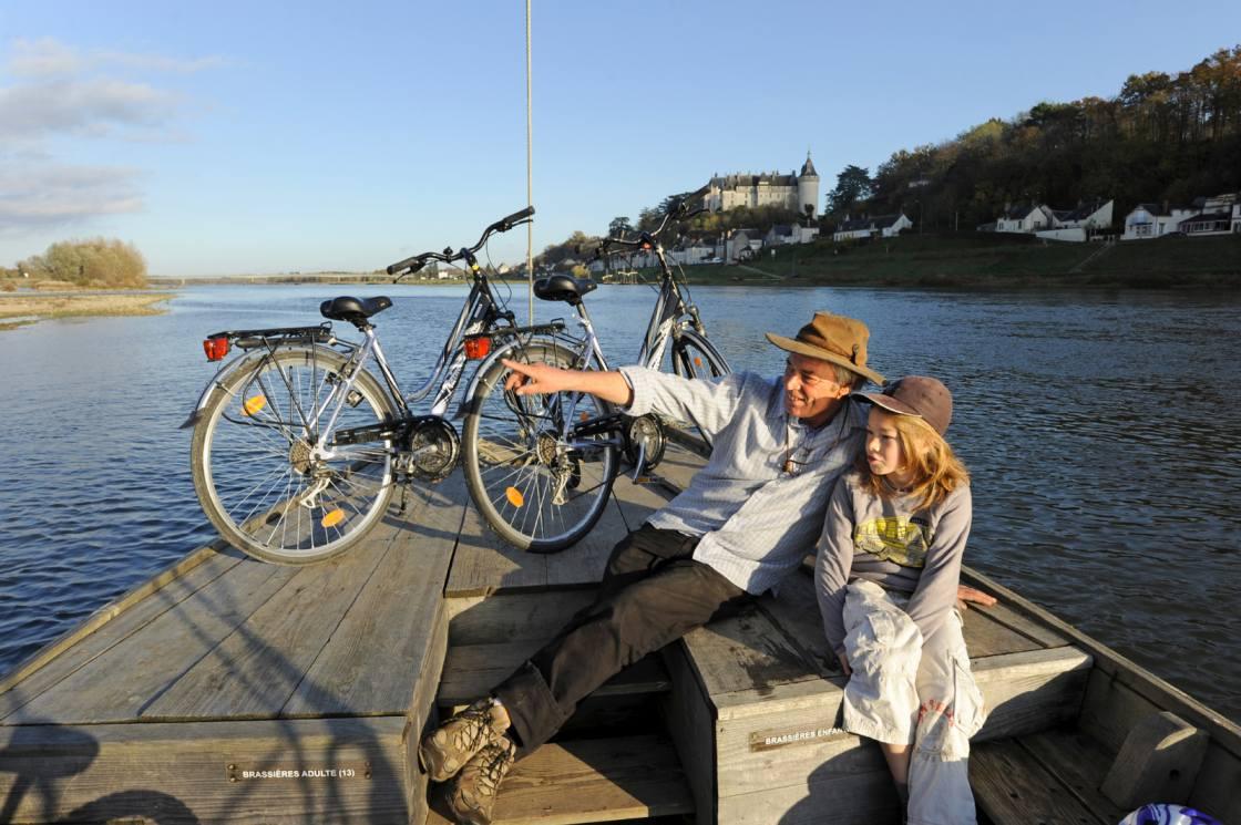 Vader en dochter op een bootje op de Loire