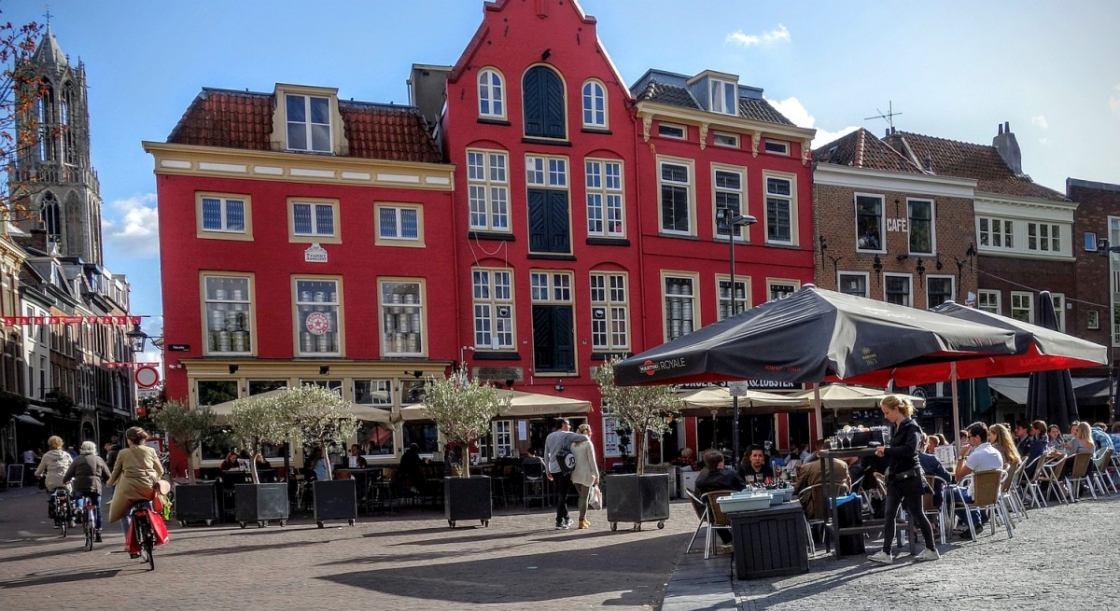 Foto van fietsers, voetgangers en cafés op de Neude
