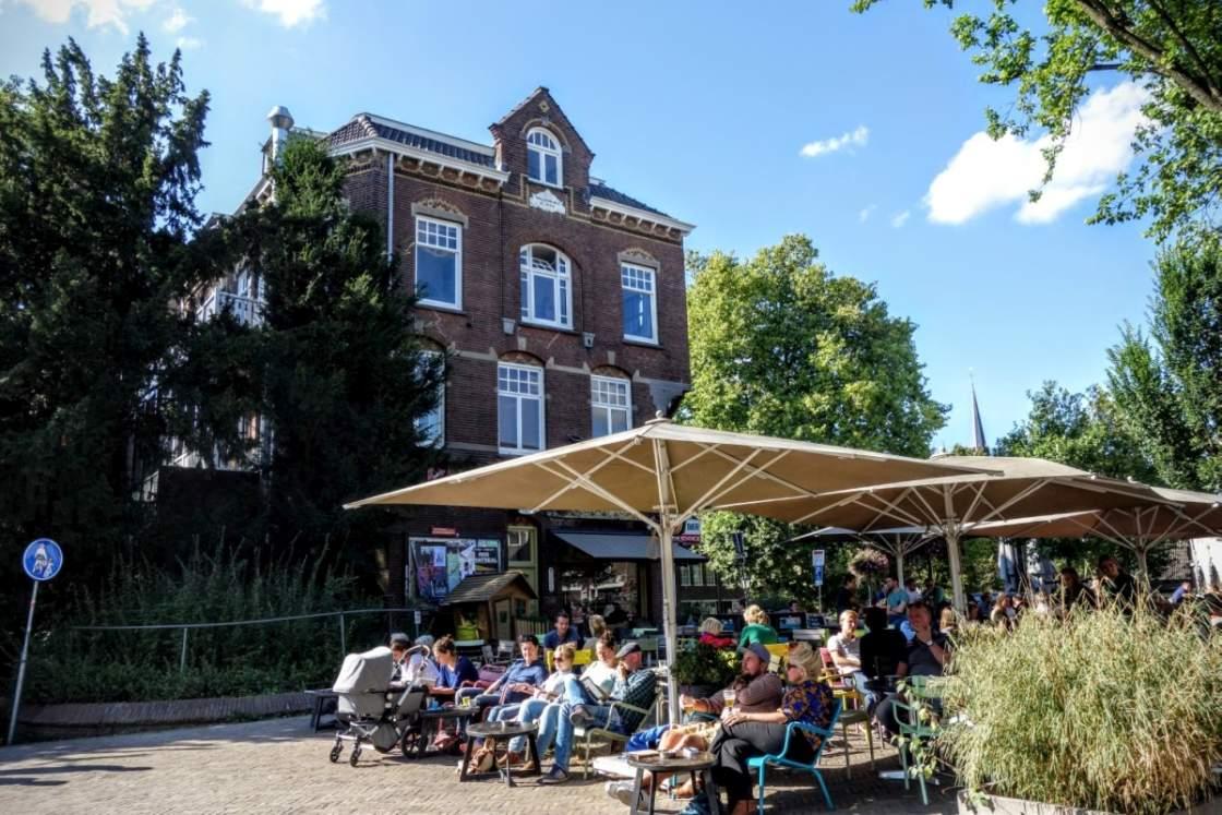 Foto van terrasjes op het Ledig Erf in Utrecht