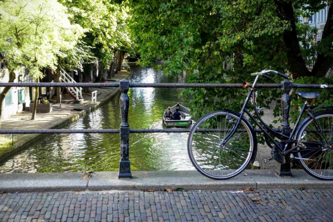 Foto van fiets op een bruggetje en een bootje bij de Oudegracht