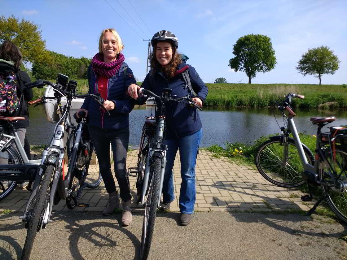 twee fietssters langs de Vecht