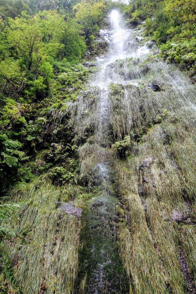 Waterval op Madeira stort zich over de rand