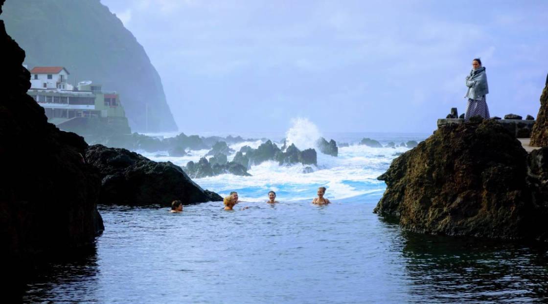 zwemsters aan de noordkust van Madeira