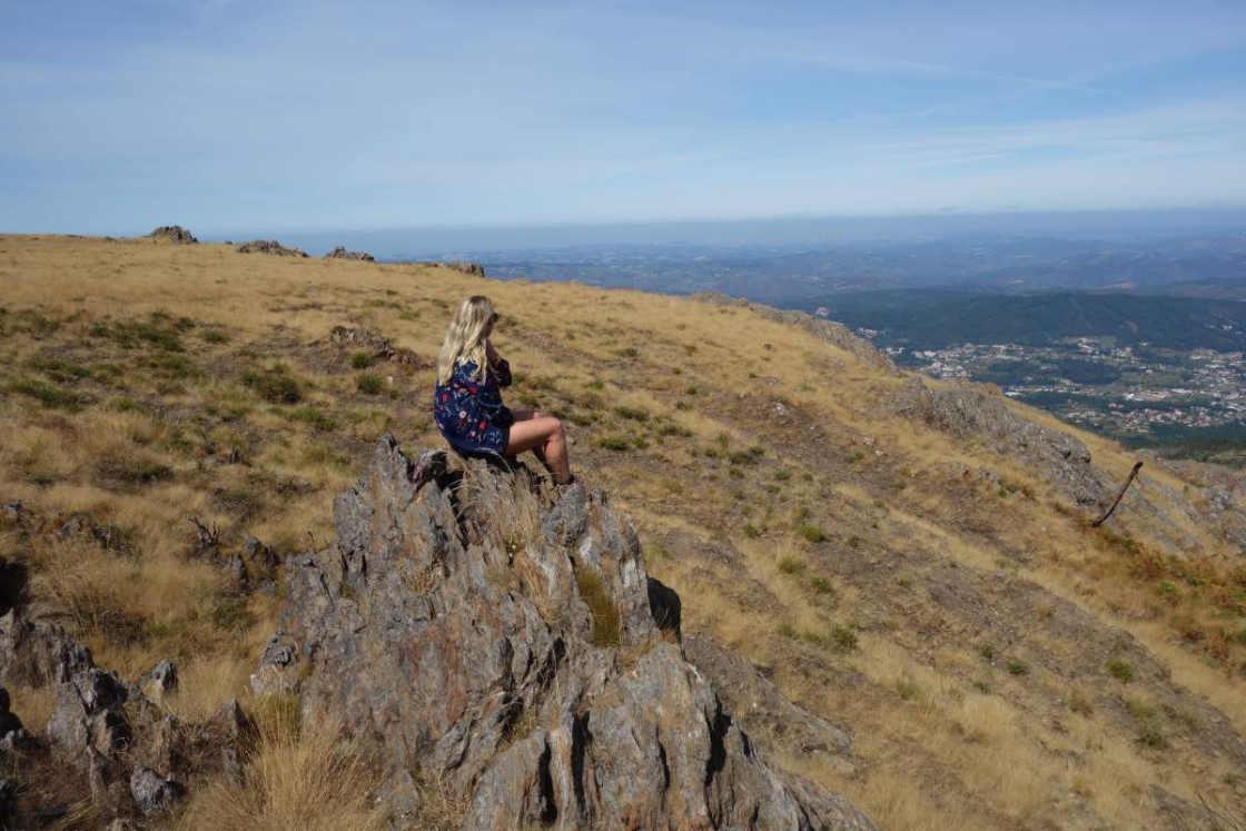 Vrouw kijkt uit over de omgeving in Geopark Arouca