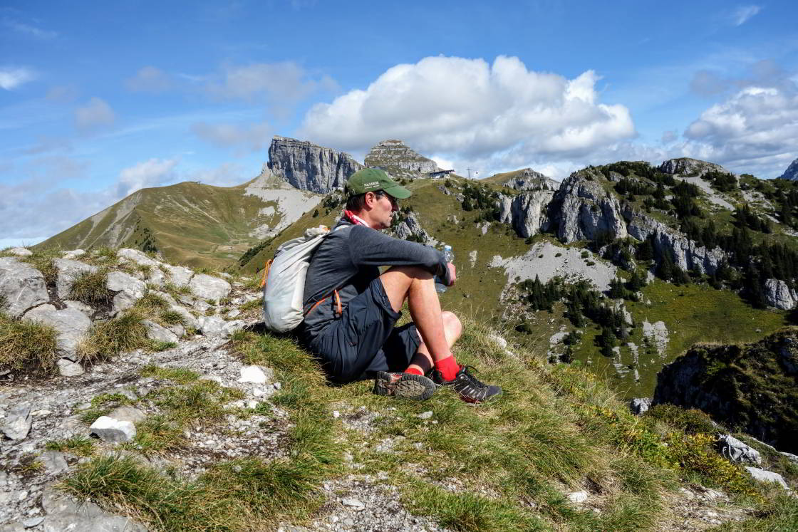 wandelaar rust uit in de bergen